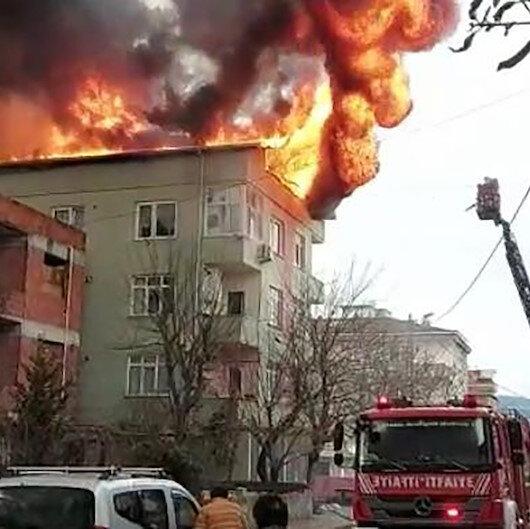 Ümraniyede binanın çatısında çıkan yangın paniğe neden oldu