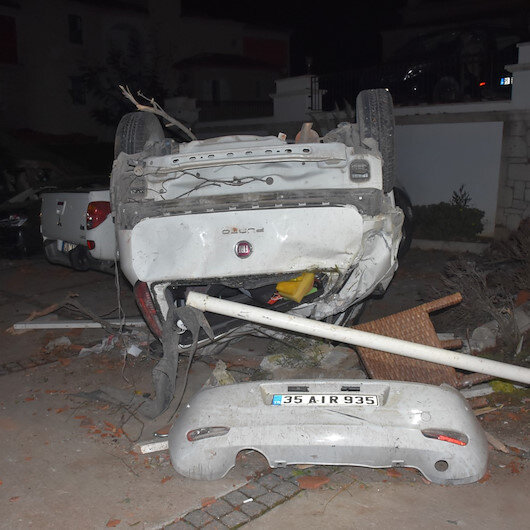 İzmir Çeşmede etkili olan lodos ve fırtına araçları ters çevirdi, çatıları uçurdu
