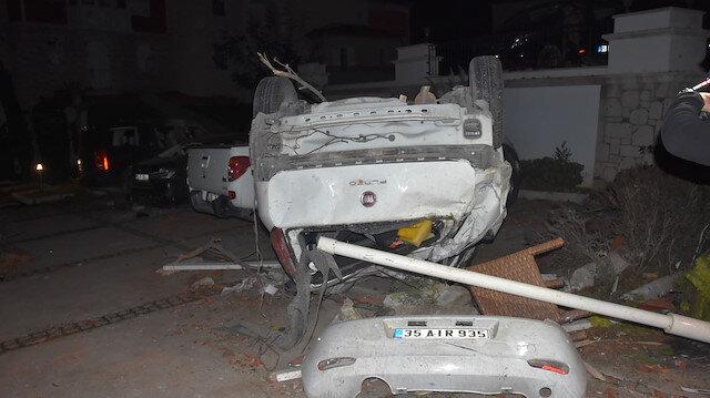 İzmir Çeşme'de etkili olan lodos ve fırtına araçları ters çevirdi, çatıları uçurdu