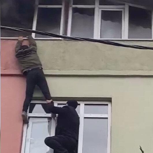 Ümraniyede çatı katında çıkan yangının en net görüntüleri: Mahallelinin iki çocuğu yangından kurtarma seferberliği kamerada