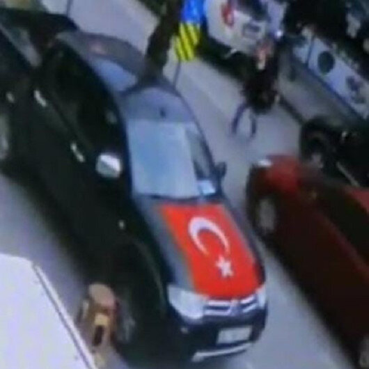 Bursada yolun karşısına geçmeye çalışan adama otomobil böyle çarptı