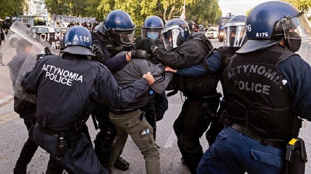Rum tarafı karıştı: Koronavirüs protestolarına polis göz yaşartıcı gazla müdahale ediyor