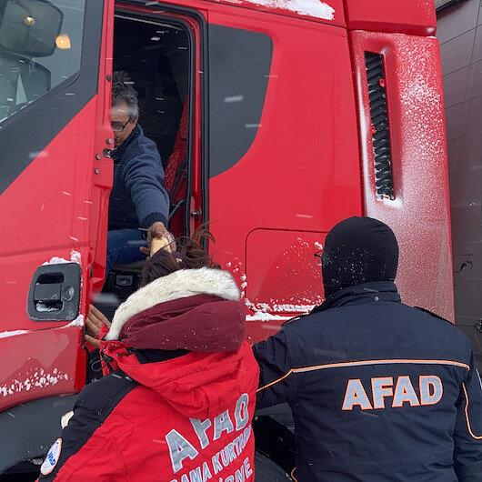 Yolda kalan TIR sürücülerinin imdadına AFAD ekibi yetişti