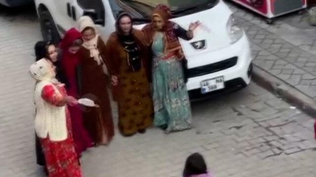 Sultangazi'de korona düğünü: Maskeleri mendil yapıp halay çektiler