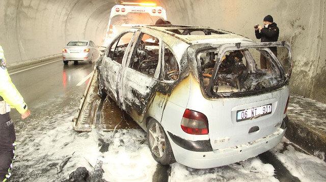 Baba kız yanan otomobilde canlarını son anda kurtardı