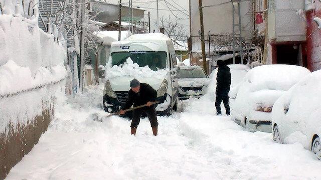 Sarıyer'de araçlar kara gömüldü, vatandaşlar yolu kendi imkanlarıyla açmaya çalıştı