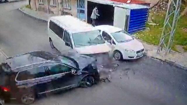 Esenyurt'ta çalıntı arabayla polisten kaçan hırsızlık çetesi baltayı taşa vurdu