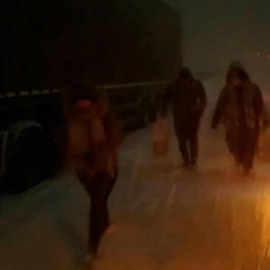 Kocaelide karlı yolda kalan vatandaşların yardımına halk otobüsü koştu