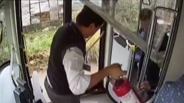 Otobüs şoförü evdeki alevleri aracındaki yangın tüpüyle müdahale ederek söndürdü