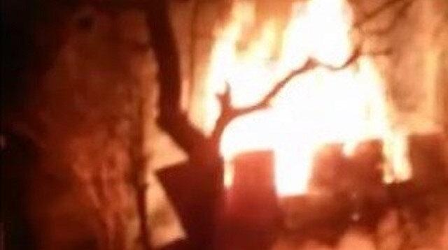 Kastamonu'da kar yağışı nedeniyle itfaiyenin ulaşmakta güçlük çektiği yangına vatandaşlar kovalarla müdahale etti