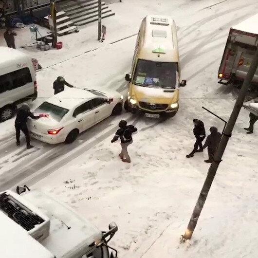 Esenyurtta karda kayan aracın minibüse çarptığı anlar kameralara yansıdı