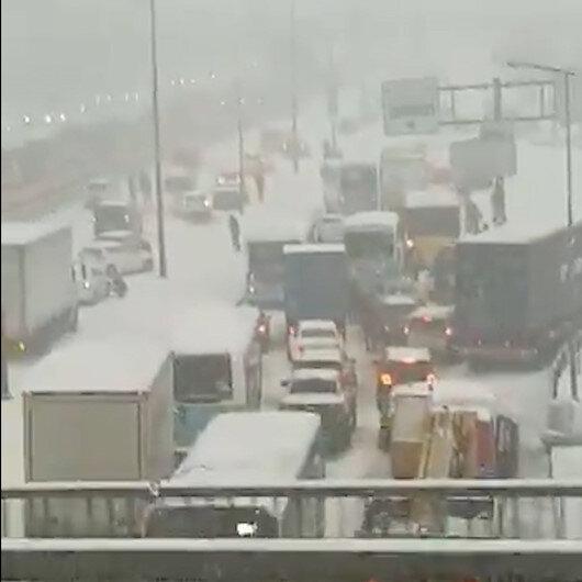 İstanbulda karla kapanan yolda araçlar mahsur kaldı kilometrelerce uzanan kuyruk oluştu