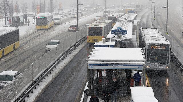 Kar İstanbul'u terk ediyor, soğuk hava kalıyor