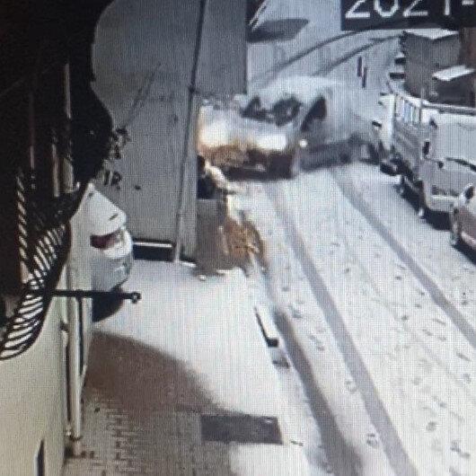 Yokuşta kayan hafif ticari aracın yaptığı kaza kamerada