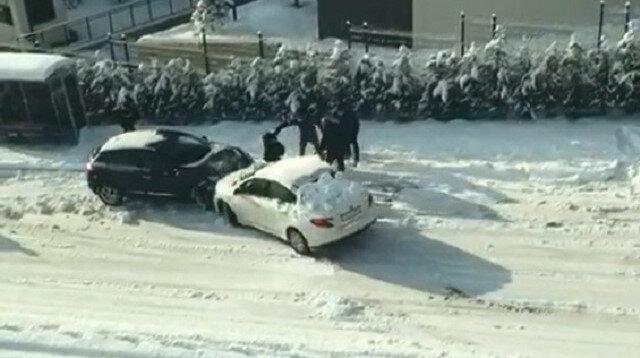 Bursa'da araçların buzlu yolla imtihanı