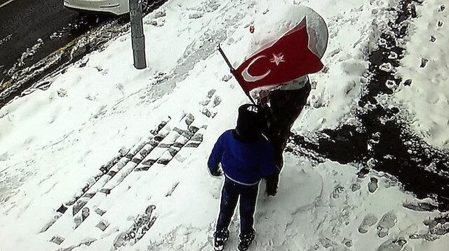 Başakşehir 10 yaşındaki Muhammed'in bayrak sevgisi: Dolanan Türk Bayrağını defalarca düzeltti