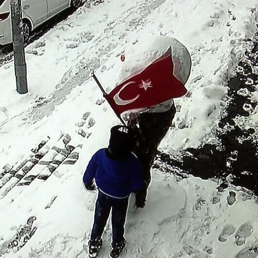 Başakşehir 10 yaşındaki Muhammedin bayrak sevgisi: Dolanan Türk Bayrağını defalarca düzeltti
