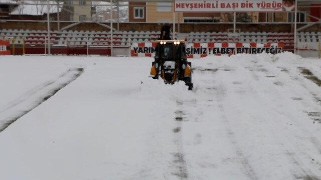 Kardan ertelenmeyen Nevşehir Belediyespor-Ofspor maçı öncesi sahaya kepçe girdi