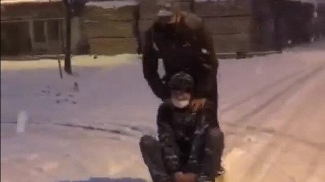 Buzlu yolda otomobile bağladıkları kızakla kaydılar