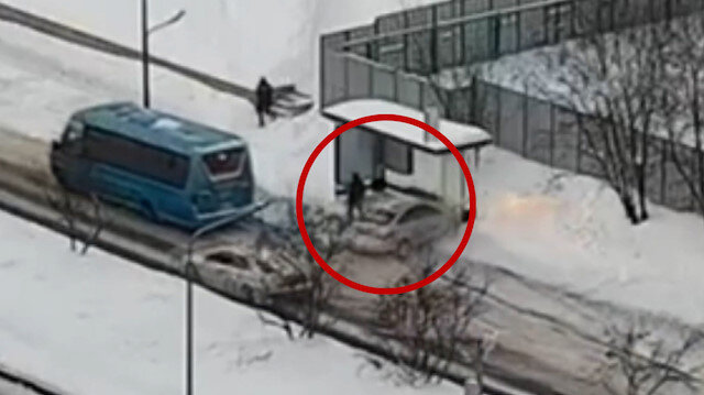 Rusya'da karda kayan aracın duraktaki yayaya çarpma anı
