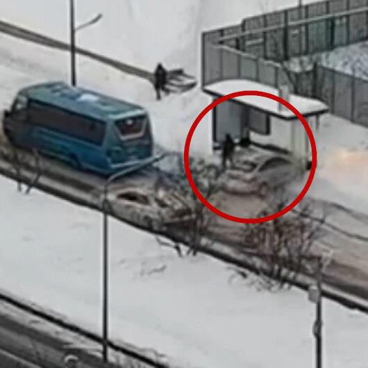 Rusyada karda kayan aracın duraktaki yayaya çarpma anı