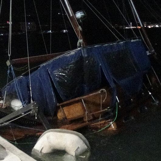 İzmirde fırtına nedeniyle, tekne yan yattı
