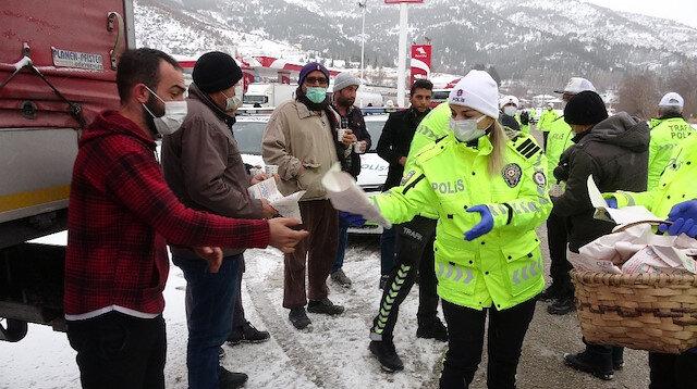 Soğuk havada sıcak uygulama: Polis, kar nedeniyle bekletilen sürücülere çay ve simit ikram etti