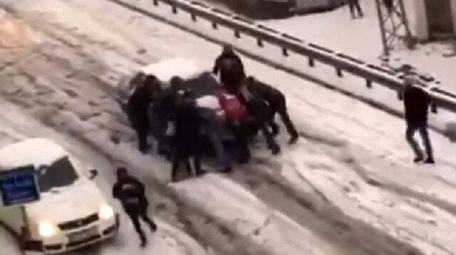Esenyurt'ta 10 kişi karda kayan aracı durdurmak için böyle çabaladı