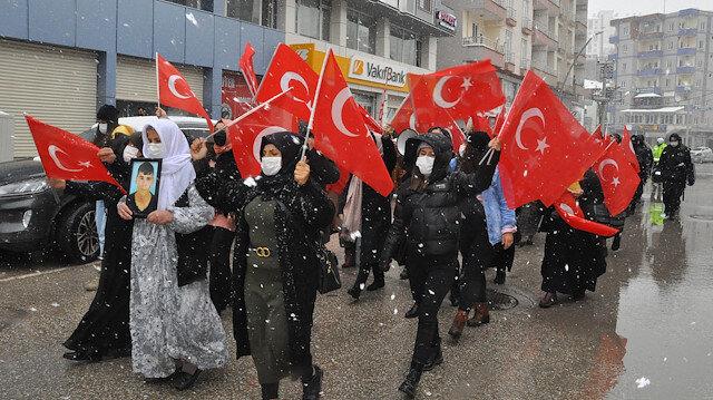 Şırnaklı anneler kar-kış demeden evlatlarını istiyor: HDP önündeki eylem 24'üncü haftasında