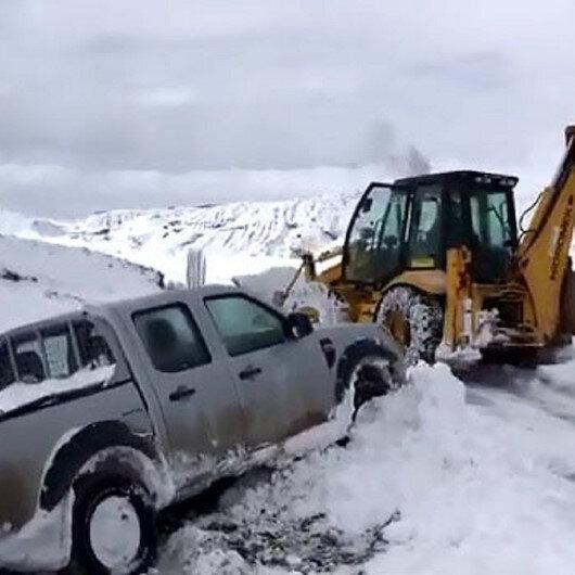 Sivasta yolda kalan ÇEDAŞ ekipleri iş makinesiyle kurtarıldı