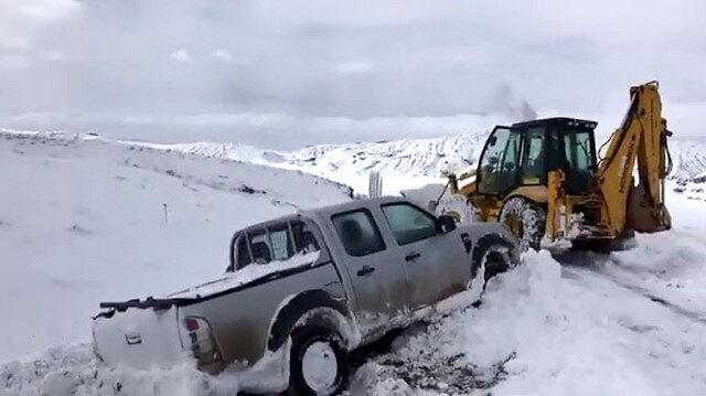 Sivas'ta yolda kalan ÇEDAŞ ekipleri iş makinesiyle kurtarıldı
