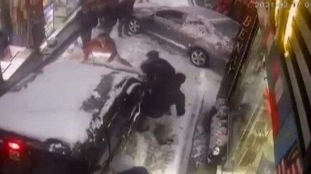 Karda yokuştan kayan aracı el birliğiyle durdurdular
