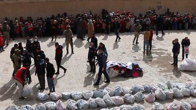 Mehmetçik, Barış Pınarı bölgesinde 1000 öğrenciye kırtasiye ve kıyafet yardımı yaptı