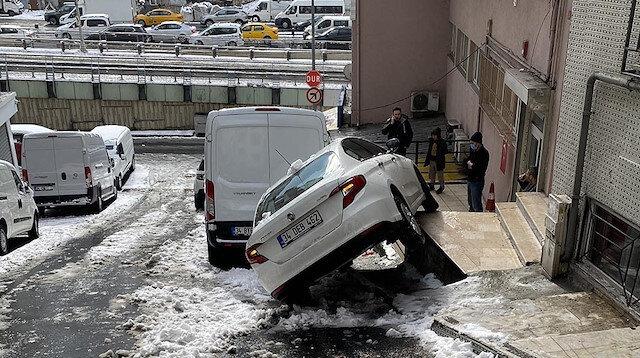 Kayan aracından inen sürücü kazayı çaresizce izledi
