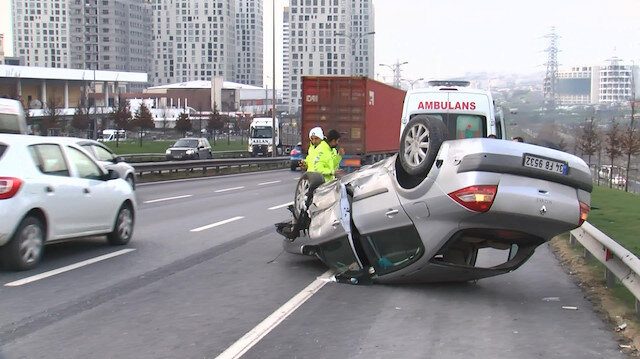 Ani fren yapan otomobilden kurtulmaya çalışırken takla attı