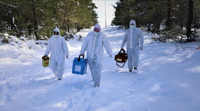Samsun'da aşı ekipleri barajları ve karla kaplı dağlara geçerek yaşlı ailelere ulaşıyor