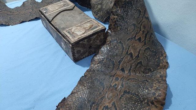 Gaziantep'te üzerinde İbranice yazıların bulunduğu piton yılanı derisi ele geçirildi