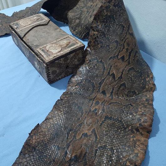 Gaziantepte üzerinde İbranice yazıların bulunduğu piton yılanı derisi ele geçirildi