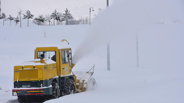 Bitlis'te kar kalınlığı 40 santim oldu: 125 köy yolu kapandı