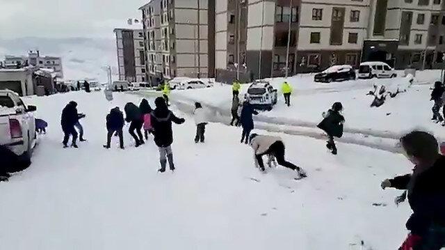 Şırnaklı çocukların polislerle kartopu savaşı renkli görüntülere sahne oldu