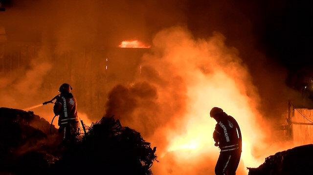 Ümraniye'de geri dönüşüm deposu alev alev yandı