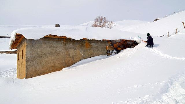 Muş'ta, yağan kar sonrası evler kara gömüldü