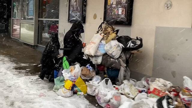 New York'ta sokakta yaşayanlar kar fırtınası ile mücadele ediyor