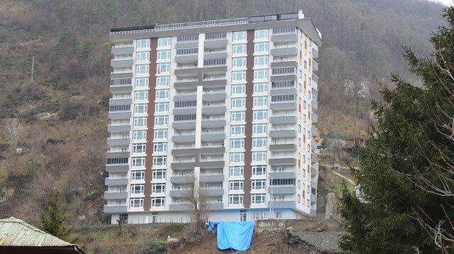 Artvin'de istinat duvarı çöken 14 katlı binada yaşayan 52 hane tahliye edildi