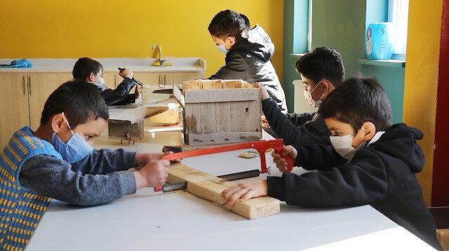 Aksaraylı öğrenciler minik elleriyle çöplerden kütüphane yaptılar