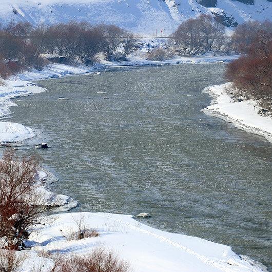الجليد يرسم لوحات خلابة على نهر مراد بآغري التركية