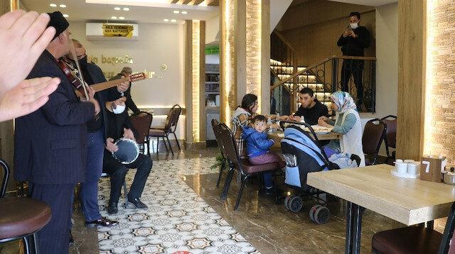Gaziantep'te kebapçılar ilk müşterilerini müzik, halay ve türküyle karşıladı