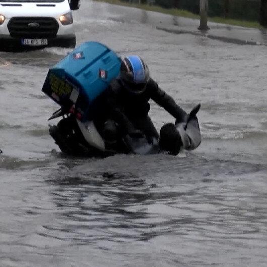 Bağcılarda su borusunun patlaması ve moto kuryenin çukura düşme anları kamerada