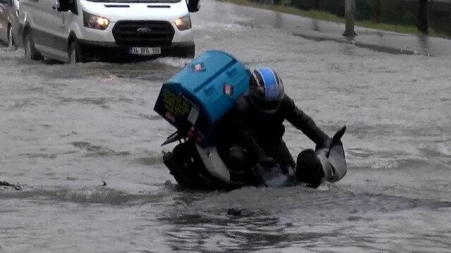 Bağcılar'da su borusunun patlaması ve moto kuryenin çukura düşme anları kamerada