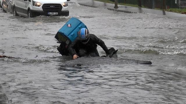 İstanbul'da şaşkına çeviren anlar: Moto kurye caddede su dolan çukura düştü